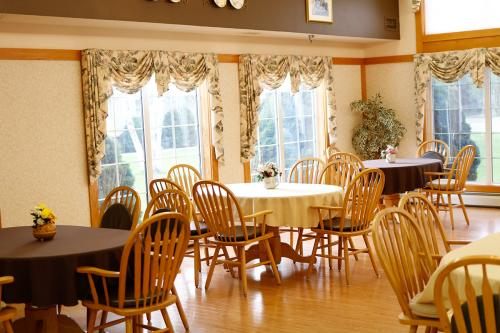 BirchHaven Village Dining Area
